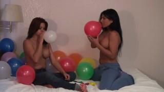 Imagen Lesbianas juegan con sus coños y terminan follando