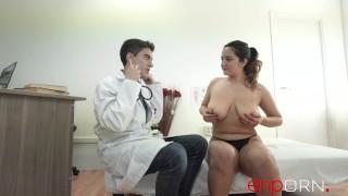 Imagen Española con una enormes tetas se folla a su doctor en una consulta medica
