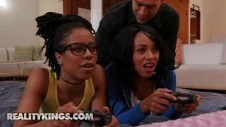Imagen Interracial dos negras adolescente en un trio bestial y caliente