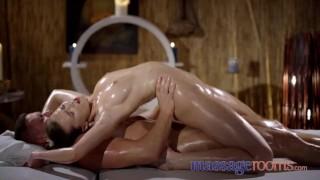 Imagen Sensual chica se bana de aceite para un masaje erotico