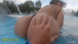 Imagen Latina con un buen trasero follando en la piscina