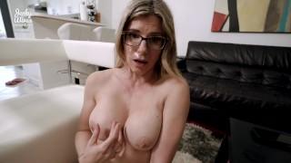 Imagen Madura con lentes disfruta del sexo en el sofá