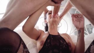 Imagen Latina morena espera a su pareja en la cama